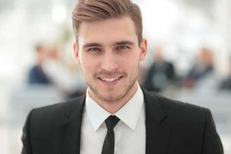 sonrisa: Retrato de hombre de negocios feliz con los colegas que interactúan en fondo