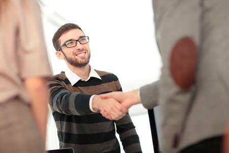 buen trato: El éxito de los empresarios estrechar la mano unos con otros. apretón de manos doble