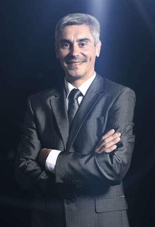 hombres maduros: Primer plano de un hombre mayor sonriente aislados sobre fondo negro