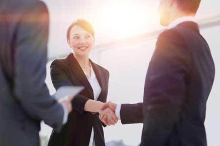 손을 흔들면서 두 전문 비즈니스 사람들