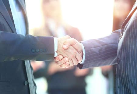 ビジネス握手。取り引きを閉めるために握手を与えるビジネス男