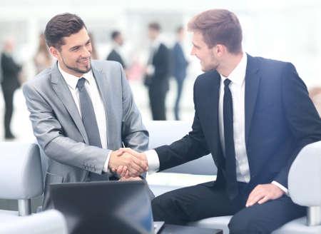Geschäftsleute, die Hände während eines Meetings Schütteln