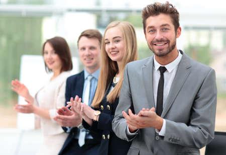 aplaudiendo: colegas de negocios mirando a la cámara y aplaudiendo en la ofi