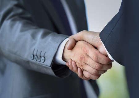 オフィスでの握手