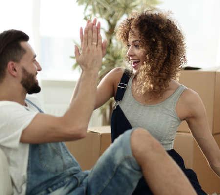 幸せなカップルがお互いに新しい家に 5 つを吠える 写真素材