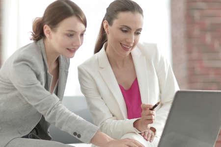 프로젝트 협력 논의 두 여성