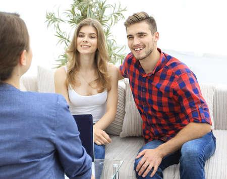 vrouw psycholoog voert een sessie met een jong stel