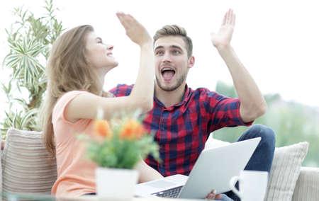 gelukkig jong stel geeft elkaar een high five Stockfoto