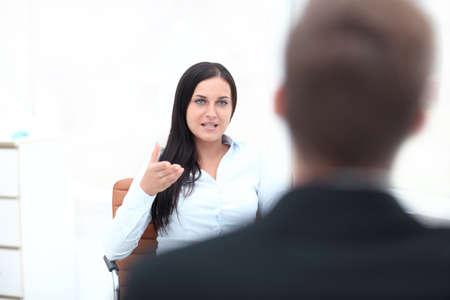 심각한 여성 관리자가 그녀의 팀원을 비판