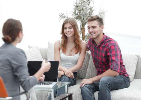 Jong gelukkig paar bij therapiesessie met familiepsycholoog Stockfoto