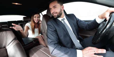 Zijaanzicht van mooi paar in auto. bijgesneden afbeelding.