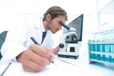 científico hace una nota de experimento en el laboratorio Foto de archivo