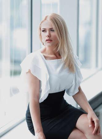 femme d'affaires moderne assis près de la fenêtre dans le bureau.