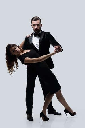Gepassioneerd aantrekkelijk casual paar dansen. Stockfoto
