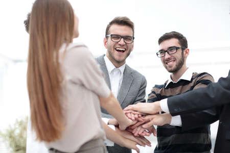 Commercieel team die toetredende handen zich verenigen