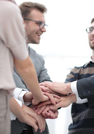 zakelijke collega's met hun handen op elkaar gestapeld