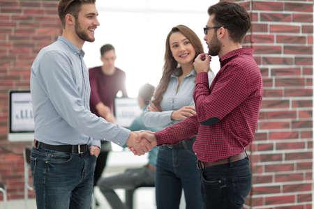 homme d & # 39 ; affaires souriant serrant les mains avec un collègue dans le