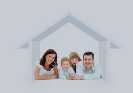 Glückliche Familie in einem Haus . Isoliert über einem weißen backgroun Standard-Bild - 94643478