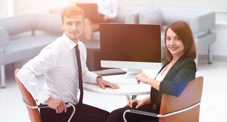 smiling member of the business team sitting at Desk Standard-Bild