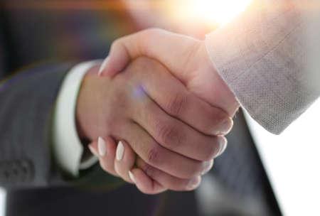 Gens d'affaires se serrant la main isolé sur fond blanc