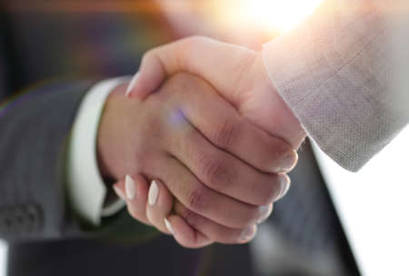 Ludzie biznesu, ściskając ręce na białym tle
