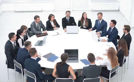 Treffen von Geschäftspartnern im Konferenzraum.