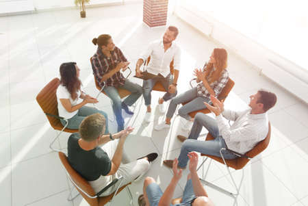 creative team holds a meeting in the lobby Foto de archivo