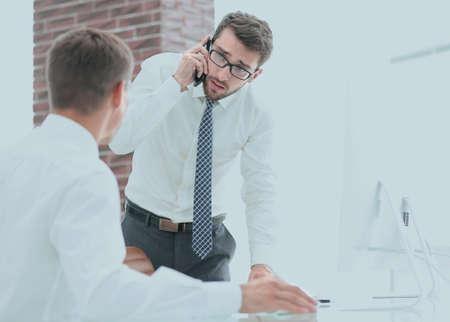 confident businessman solves work problems Imagens