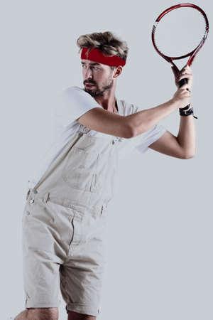 Tennis maschio con la racchetta in azione.