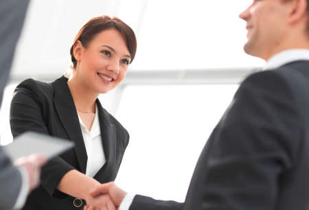 Businesswoman shaking hands with a businssman during a meeting Banco de Imagens