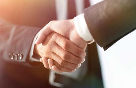 Hommes d'affaires donnant une poignée de main. Concept d & # 39; entreprise