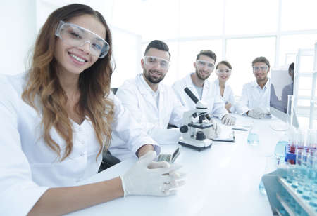 Group of young clinicians experimentation in research laboratory Banque d'images
