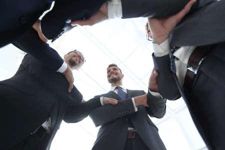 vue de dessous les gens d'affaires souriants forment un cercle