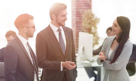 Mujer de negocios joven se presenta al cliente.