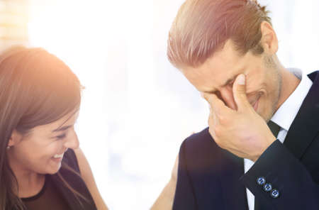 jeune homme d'affaires avec des larmes de joie et son équipe commerciale