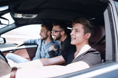 a group of boys rides and looks directly at the car Stockfoto