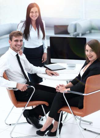 Portrait d'une équipe commerciale prospère près du bureau