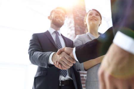freundlicher Händedruck von Geschäftsleuten. Standard-Bild