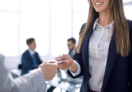 close up.business vrouw visitekaartje geven aan een zakenpartner