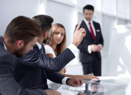 l'employé à la présentation lève la main pour poser une question