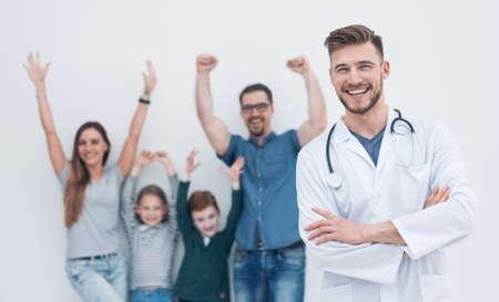 Porträt eines Hausarztes vor dem Hintergrund seiner glücklichen Patienten Standard-Bild