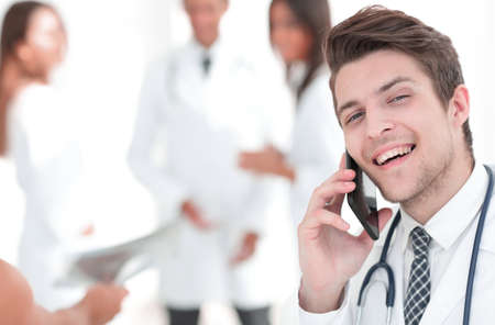 Dr. therapist is talking on the smartphone