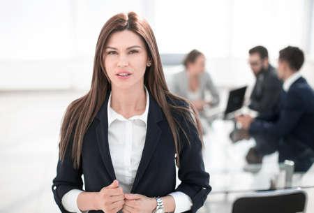 giovane donna d'affari sullo sfondo dell'ufficio