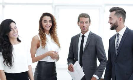 werknemers staan in een modern kantoor