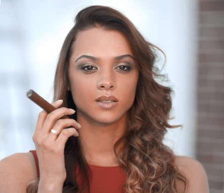 Porträt der selbstbewussten erwachsenen Frau mit Zigarre Standard-Bild