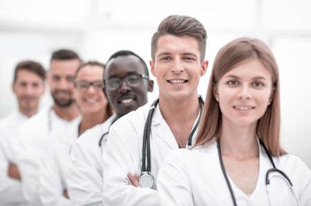 portret van een artsenteam dat in de rij staat