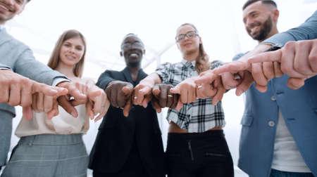 Gruppe von Personen, die auf die Kamera zeigen - isoliert über weiß