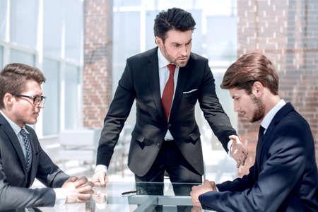 genervter Geschäftsmann schimpft mit seinen Mitarbeitern