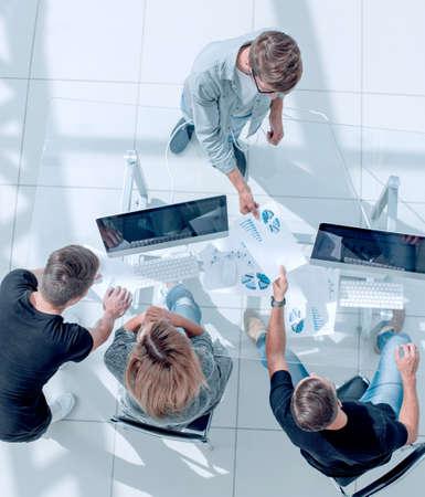 der junge Manager macht einen Bericht über die geleistete Arbeit Standard-Bild