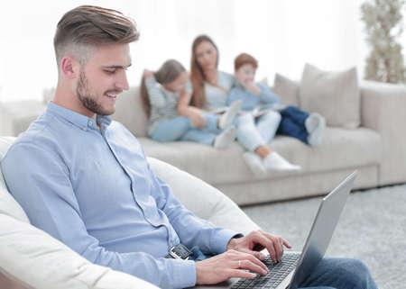 hombre moderno, trabajando, computadora portátil, en, el suyo, sala